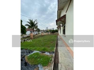 For Rent - Taman Molek 3 Single Storey Corner Lot Gated Behind Maybank for Rent