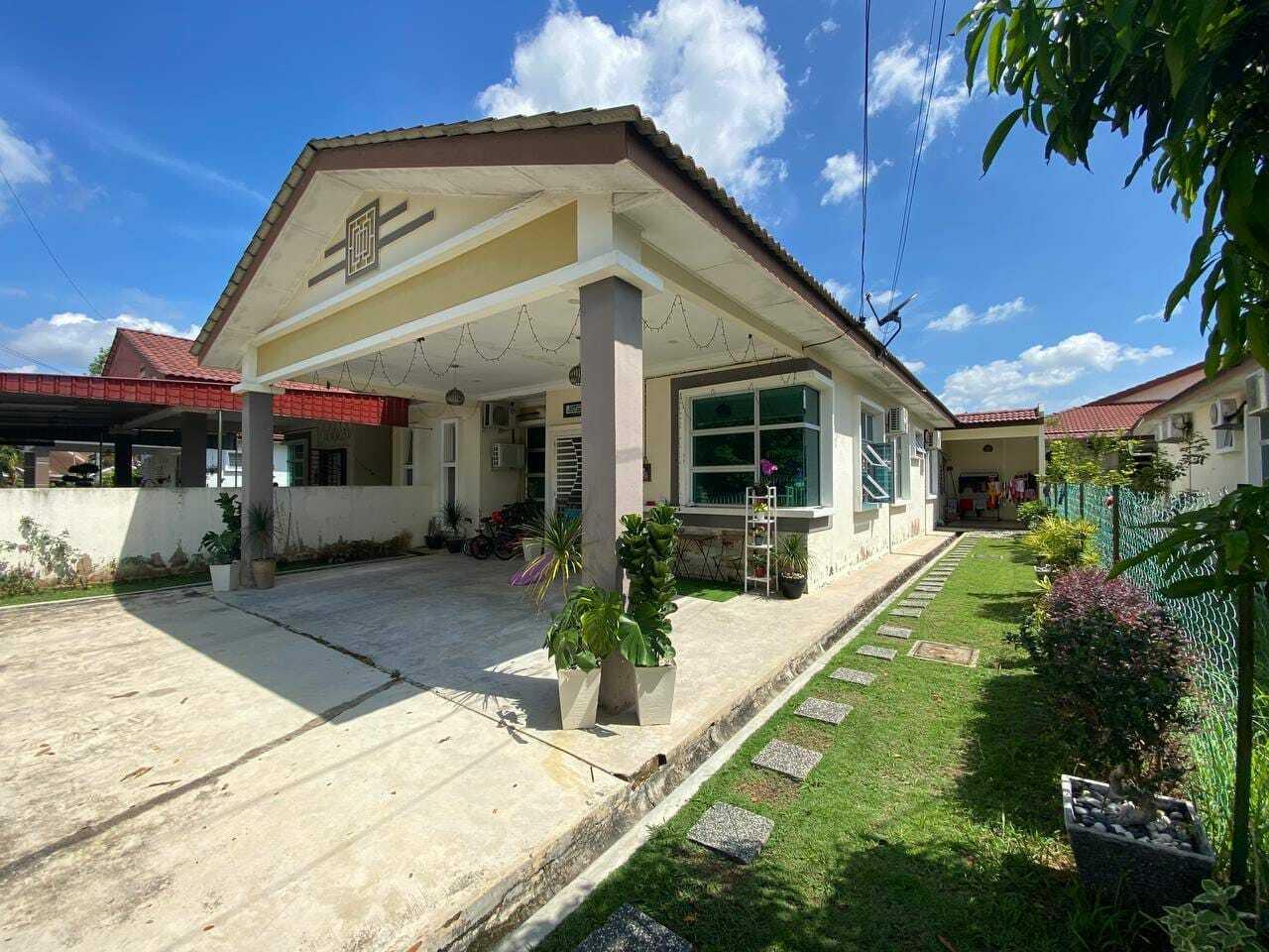 For Sale - DEPAN PADANG Rumah Semi-D Setingkat Taman Lesong Batu Jaya Alor Gajah DEKAT IPD